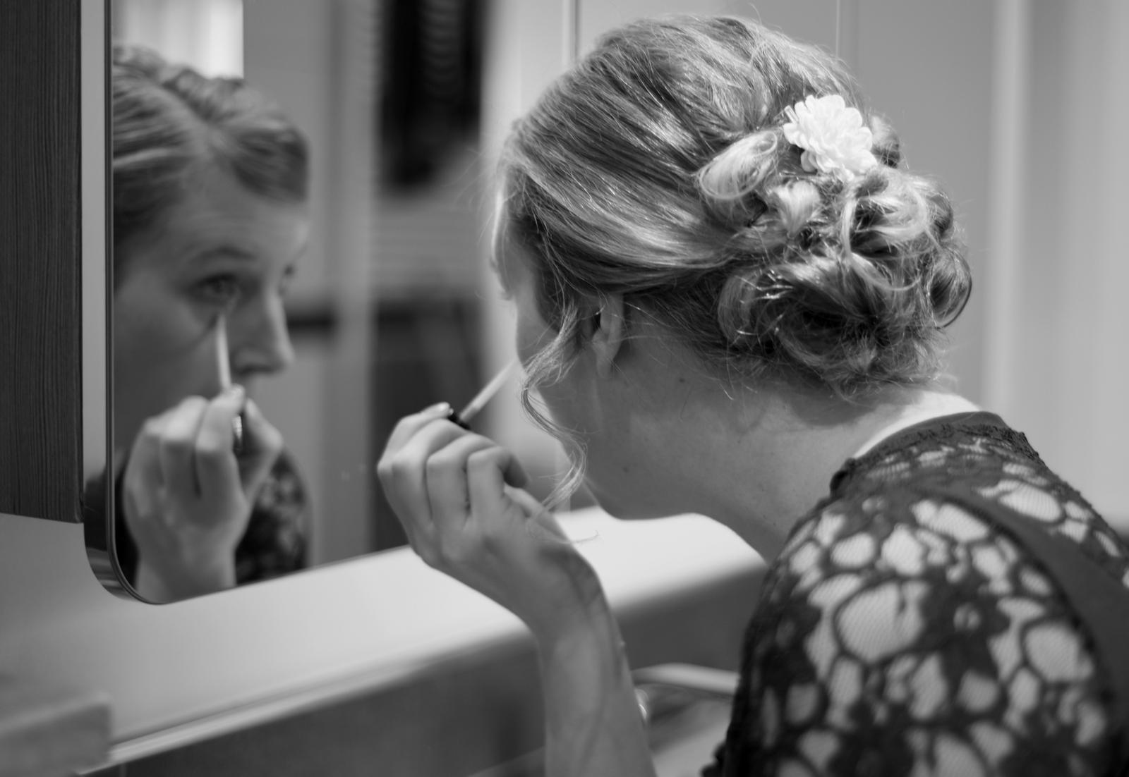 Die Braut schminkt sich für ihren großen Tag.