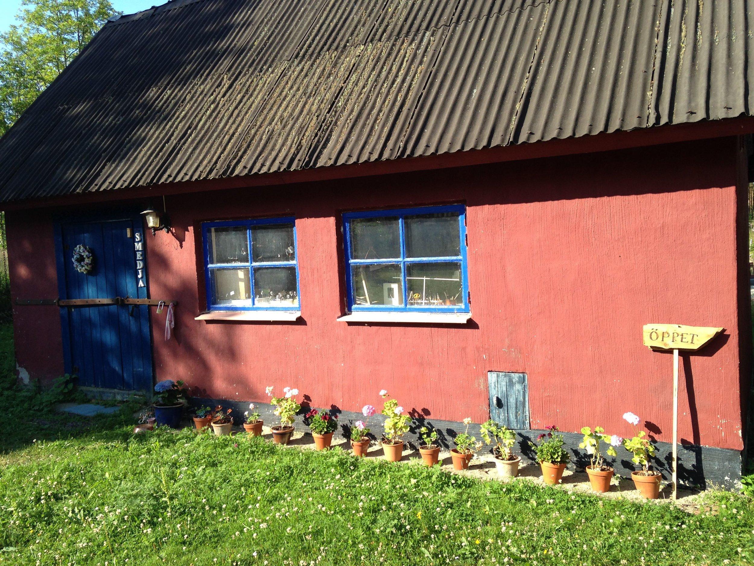 Ett gammalt hönshus renoverades och är numera Leena Anderssons smedja.