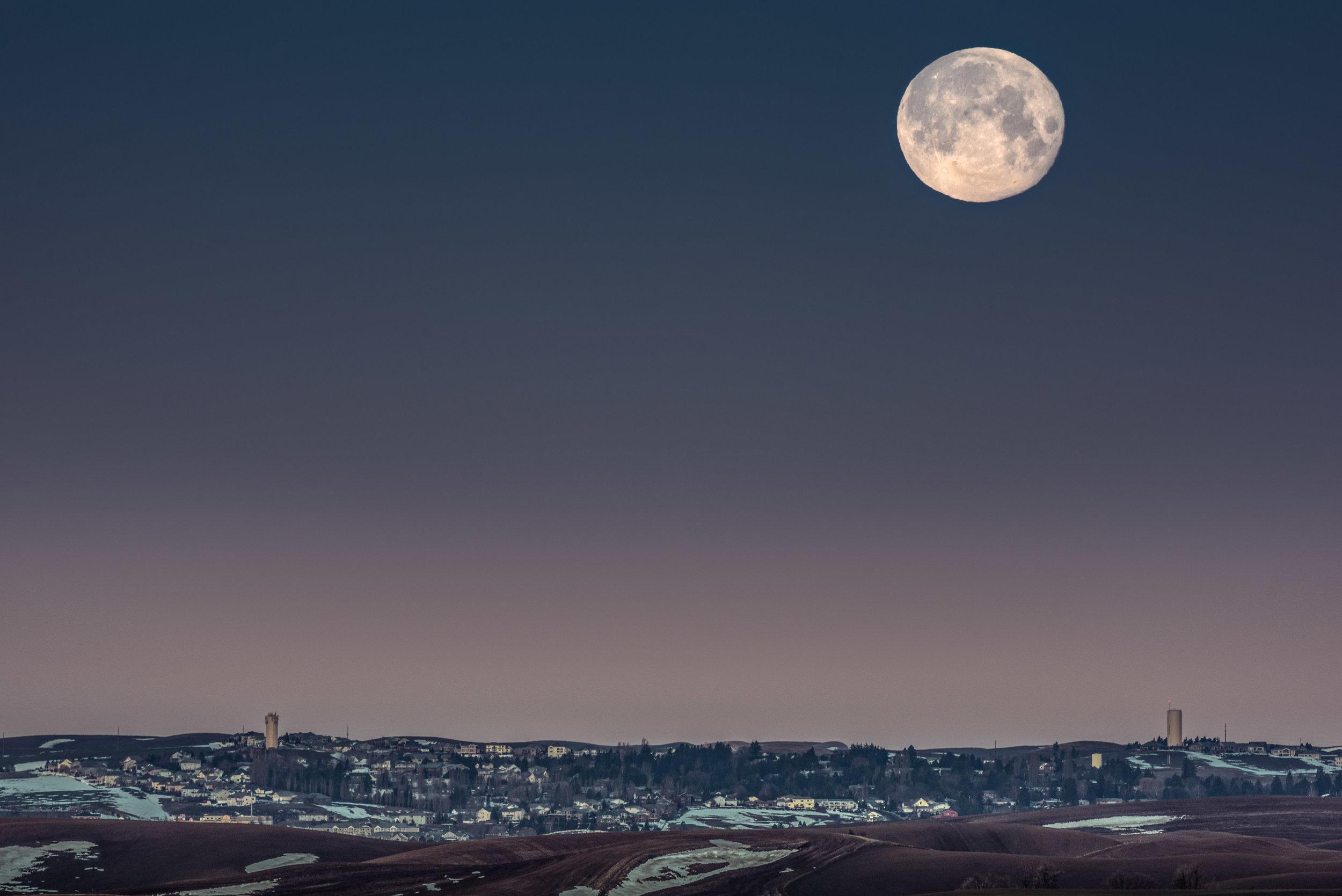 Pullman Moonset