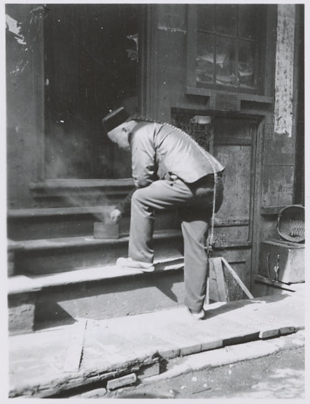 Chinese-American man in San Francisco's Chinatown circa 1910, with long hair braided in a queue. Wikimedia commons (   link   ).