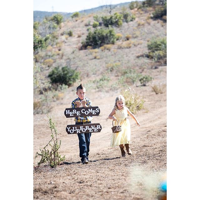 Kicking up dust! #ringbearer and #flowergirl coming down the aisle 👰❤️here comes the #bride #weddingphotography #sandiegoweddings #jonesphotographycompany #countrywedding