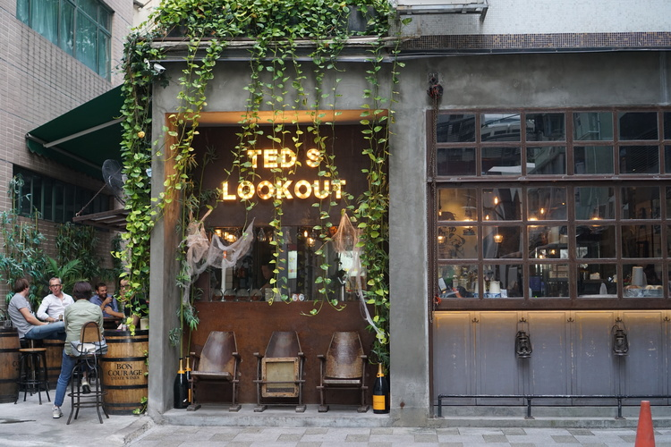 Tucked away at the end of Moon Street is Ted's Lookout bar - they serve bar food and have outdoor seating!