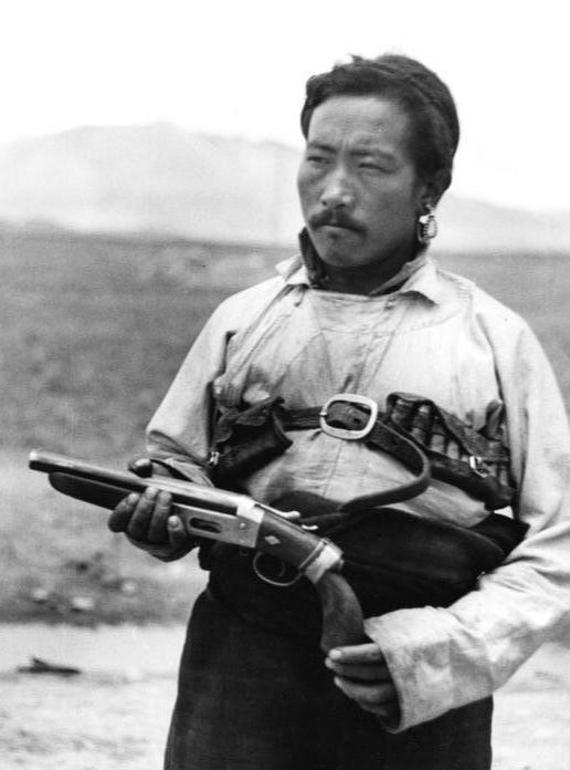 A very dashing Tibetan postman of the late 1930s. (Bundesarchiv)