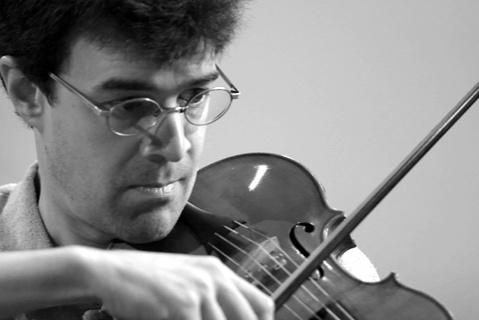 Jacques-André HouleViolon - Né aux États-Unis, le violoniste et altiste Jacques-André Houle est actif sur la scène musicale montréalaise depuis plus de 25 ans. Alto solo d'Arion Orchestre Baroque, il est également membre fondateur du Quatuor Franz Joseph, sur instruments d'époque, avec lequel il a enregistré quatre CD sous étiquette ATMA Classique. Il est aussi membre des Idées heureuses et de l'Ensemble Strauss-Lanner, et se joint fréquemment avec plaisir aux prestations des Boréades et de l'Ensemble Caprice. Avec l'Orchestre Baroque de Montréal, dont il fut le cofondateur, M. Houle s'est produit autant en Amérique qu'en Europe et en Asie tant comme soliste que comme membre d'orchestre. On a pu l'entendre à la viole d'amour dans la Passion selon saint Jean de Bach avec l'OSM sous la direction de Kent Nagano, à la Maison symphonique de Montréal. Musicologue, M. Houle a rédigé des articles pour l'Encyclopédie de la musique au Canada et le Dictionnaire Biographique du Canada, entre autres, et prépare les notes de livrets pour quantité de disques compacts produits au Québec et ailleurs.