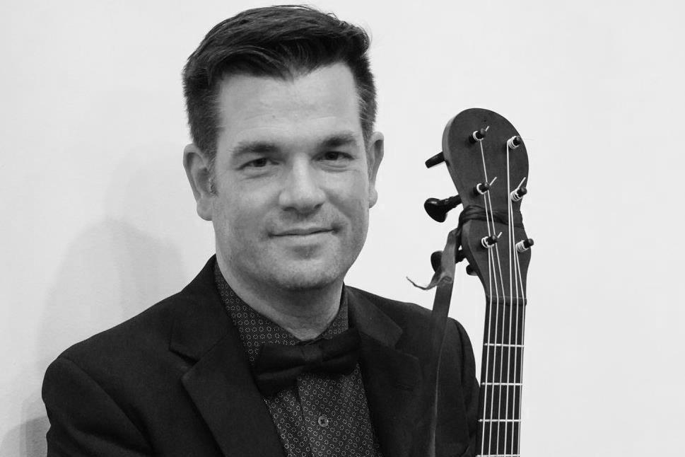 Pascal ValoisGuitare romantique - Pascal Valois se consacre à faire revivre la frénésie et l'émerveillement que suscitait la guitare à l'époque romantique. Avec des instruments d'époque, il exécute les pièces du répertoire du XIXe siècle en ayant recours à diverses ornementations et pratiques stylistiques de l'époque, et en faisant appel à l'improvisation, tel qu'il était alors d'usage.Il se distingue des autres guitaristes en alliant la précision et la virtuosité d'une solide formation classique à la rigueur de l'interprétation historique.Récipiendaire du Prix en guitare du Conservatoire de Montréal dans la classe de Jean Vallières et de la bourse Pierre J. Jeanniot dans la classe d'Alvaro Pierri à l'UQAM, Pascal Valois a complété sa formation en guitare romantique dans la classe d'Hopkinson Smith à la Schola Cantorum de Bâle et auprès de David Starobin à New York. Il est également détenteur d'un doctorat en performance practice de l'Université Laval. Il a récemment donné des concerts de guitare solo à Paris, Riga (Lettonie), Bâle, New York, San Francisco, Toronto, et Ottawa.