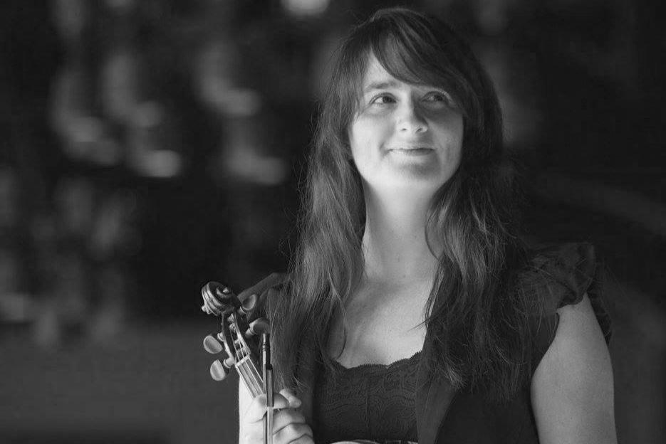 Émilie BruléViolon - Émilie Brûlé, violoniste, a étudié à l'École de Musique Schulich de l'Université McGill où elle réussit avec succès un bac et une maîtrise en interprétation de la musique ancienne au violon baroque auprès d'Hélène Plouffe et Mark Fewer. Ayant des qualités de leadership et d'innovatrice, elle fonde plusieurs ensembles dont Feux d'Archetistes, Passiflore et le Quatuor Trad. Émilie est aujourd'hui le violon solo de l'ensemble Per Sonare et de l'Ensemble Telemann. Musicienne polyvalente, elle se produit en concert autant en musique ancienne, classique et traditionnelle, entre autres avec Les Boréades, l'Ensemble Caprice, le Studio de musique ancienne de Montréal, La Bande Montréal Baroque (Festival Montréal Baroque), Les Idées Heureuses, Le Consort Baroque d'Ottawa, Theater of Early Music, La Nef, Skye Consort, Arion Orchestre Baroque, l'OSVHSL (Orchestre Symphonique de la Vallée-du-Haut-St-Laurent), l'OSE (Orchestre Symphonique de l'Estuaire), l'OSTR (Orchestre Symphonique de Trois-Rivières), le Quatuor Trad & Vent du Nord, Feux d'Archetistes et Passiflore.