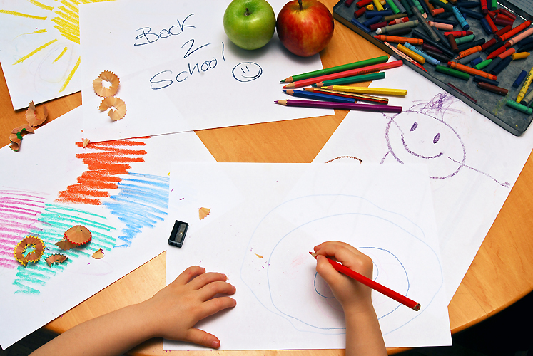 girl-drawing-back-to-school-1319256.jpg