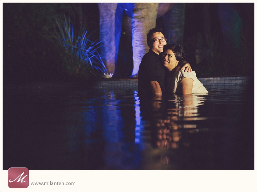 couple-photo-portrait-in-pool