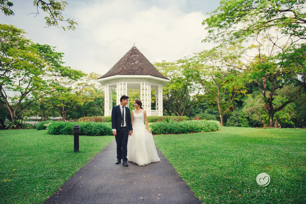 wedding photo at pavilion in singapore botanic garden