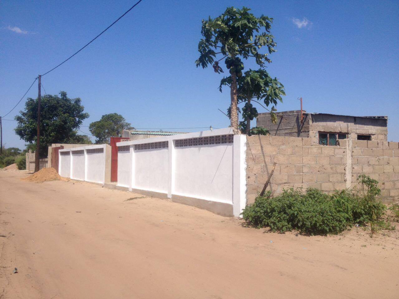 Some of the latest addition to the construction, the entrance: behind awaits what is to become a safe playground for children and an inspiring place for the people of Matola