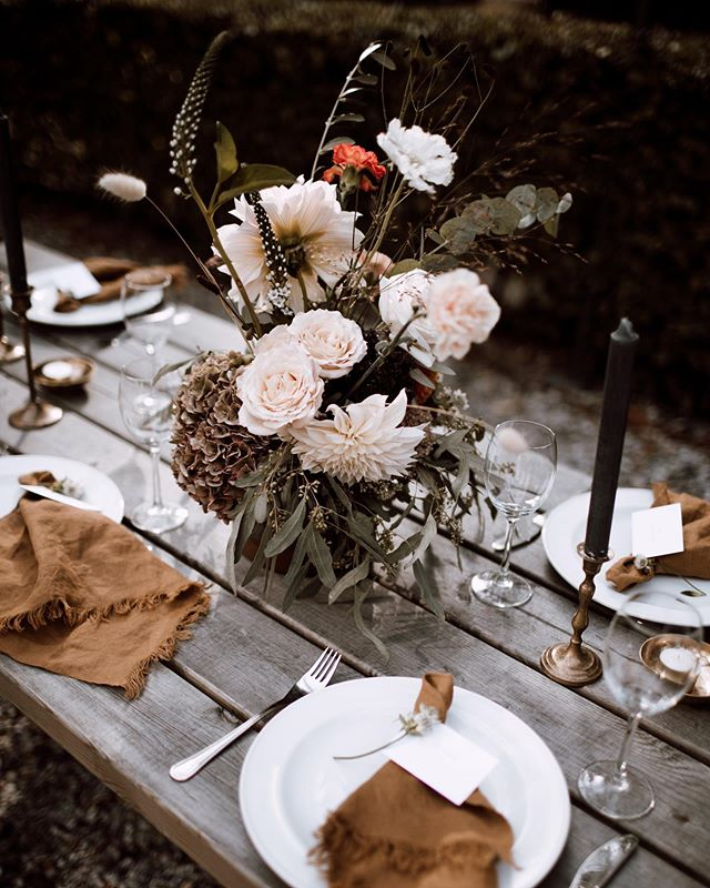 A long slow weekend ahead with sunshine, friends and food 💫  The news reached me that my fave Dahlia is to order already (in May!) which made my mind wonder off to this pretty table styling together w/ my girl Liza last year 🧡  Photo by @francinefotomachine, styling by @lizalente, crazy-beautiful-dahlias provided by me obv. #flowerstyling #autumnwedding #tablestyling #dahlialove #gardenroses #currentmood