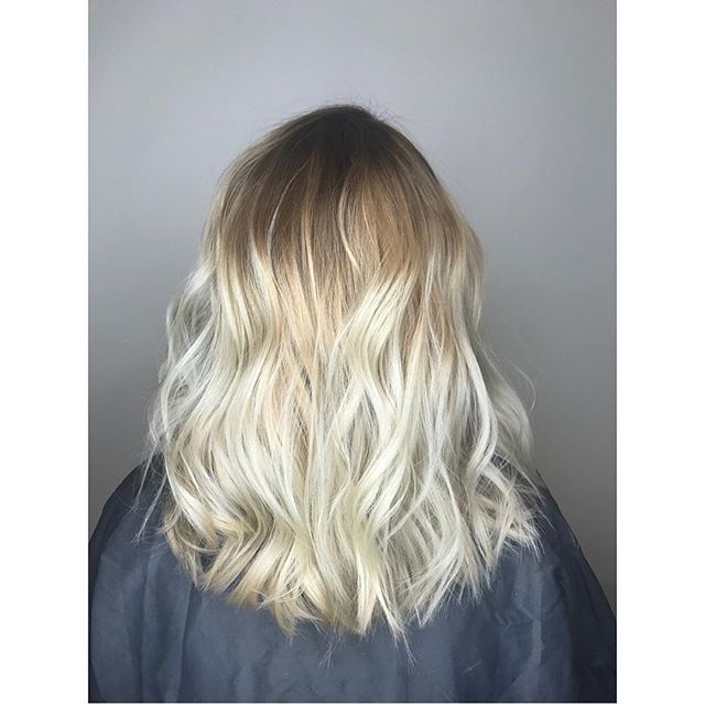 This is everything🙌🏼 •••done by stylist LeeAnn @beautybyleeann ••• #balayage #pulpriothair #behindthechair @behindthechair_com #babylights