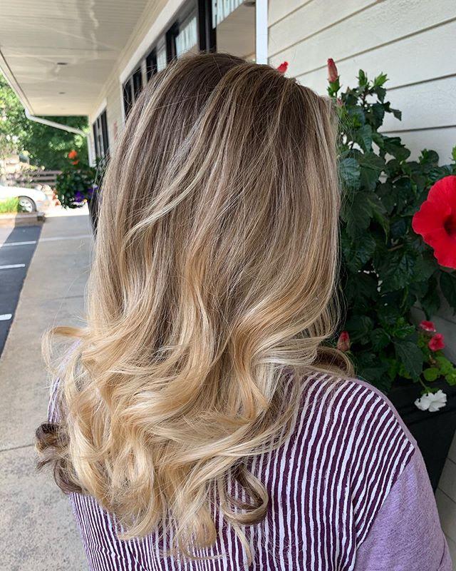 Beautiful summery blonde by @beauty.by.brooke15 🌞