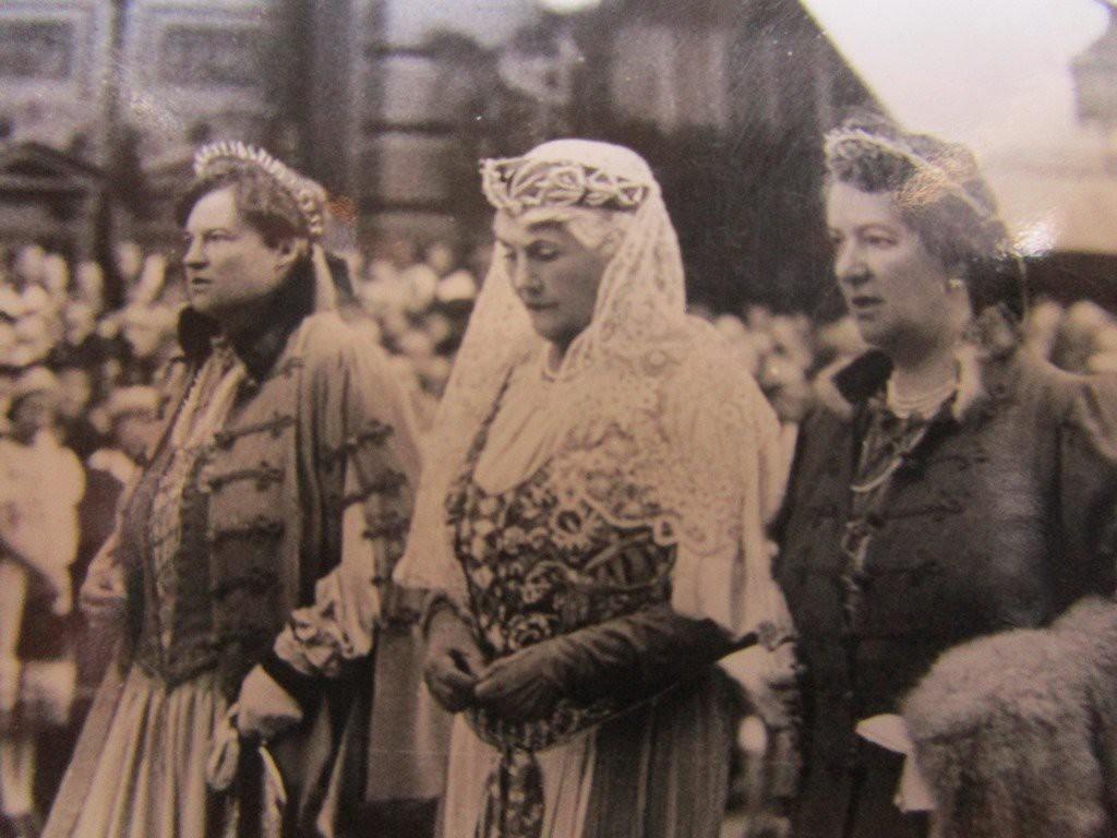 Eucharisztikus kongresszus, 1938 május.  A körmenetben középen a katolikus Horthyné