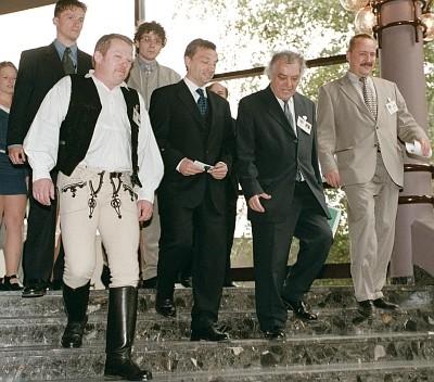 Petrubány Miklós székely viseletben  Orbán Viktor és Csoóri Sándor társaságában