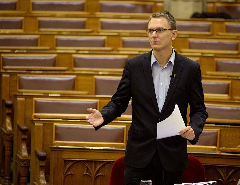 A parlament padsorai nagy figyelemmel hallgatják Rétvári államtitkár beszédét