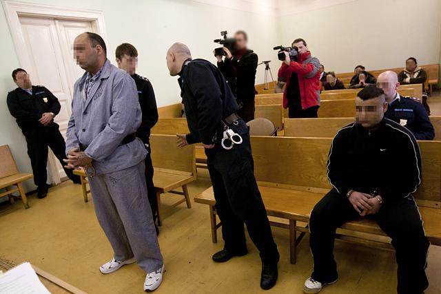 Cigány vádlottak a Miskolci Törvényszék előtt (Pályi Zsófia felvétele, Origo)