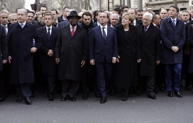 Politikusok a párizsi gyászmenetben. A jobb szélen a második sorban Orbán Viktor