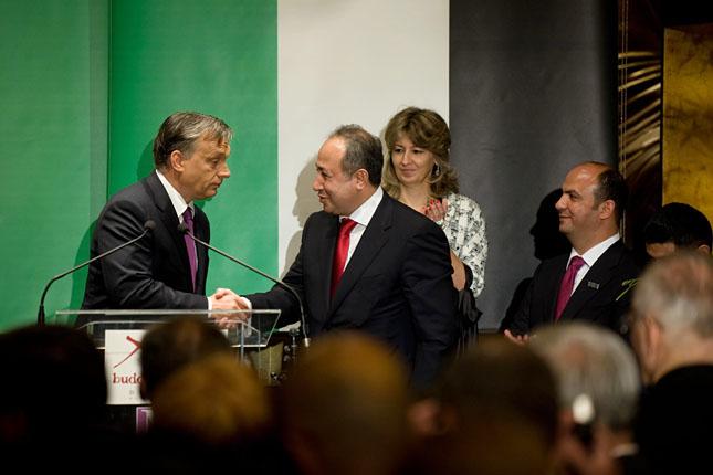 Orbán Viktor a Buddha Bár Hotel megnyitóján kezet ráz Zaid Naffával, Jordánia tiszteletbeli konzuljával