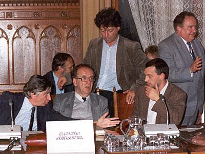 Az Ellenzéki Kerekasztal. Antall József, Szabad György, Pető Iván, Orbán Viktor, Torgyán József