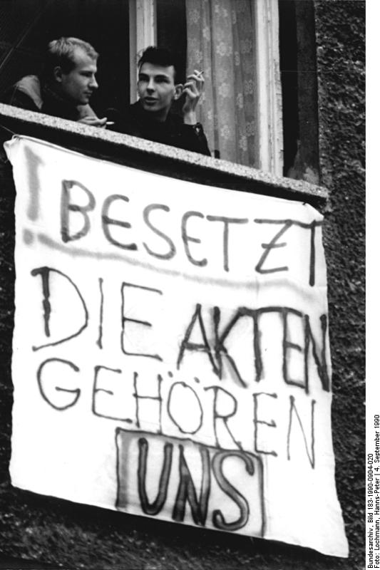 """Elfoglalva: az Állambiztonsági Minisztérium épülete Berlinben. """"Az akták a mieink"""""""