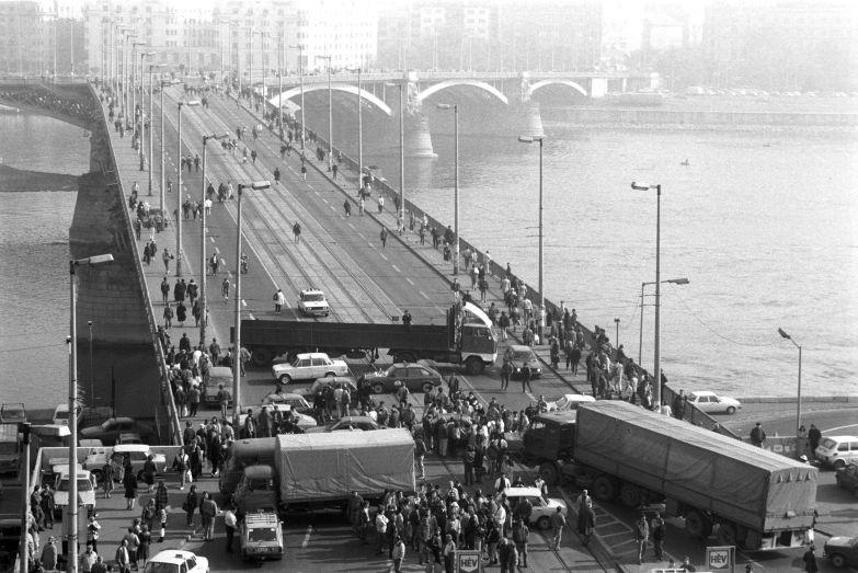 Taxisblokád, 1990. A Margit hídon tiszta a levegő
