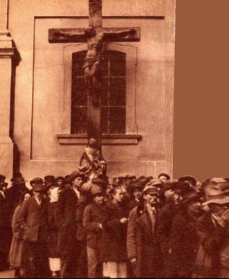 Alamizsnaosztás a Ferenciek terén 1930-ban  Szegények a Horthy-korszakban is voltak De az alamizsnaosztást lefényképezni nem volt  tilos