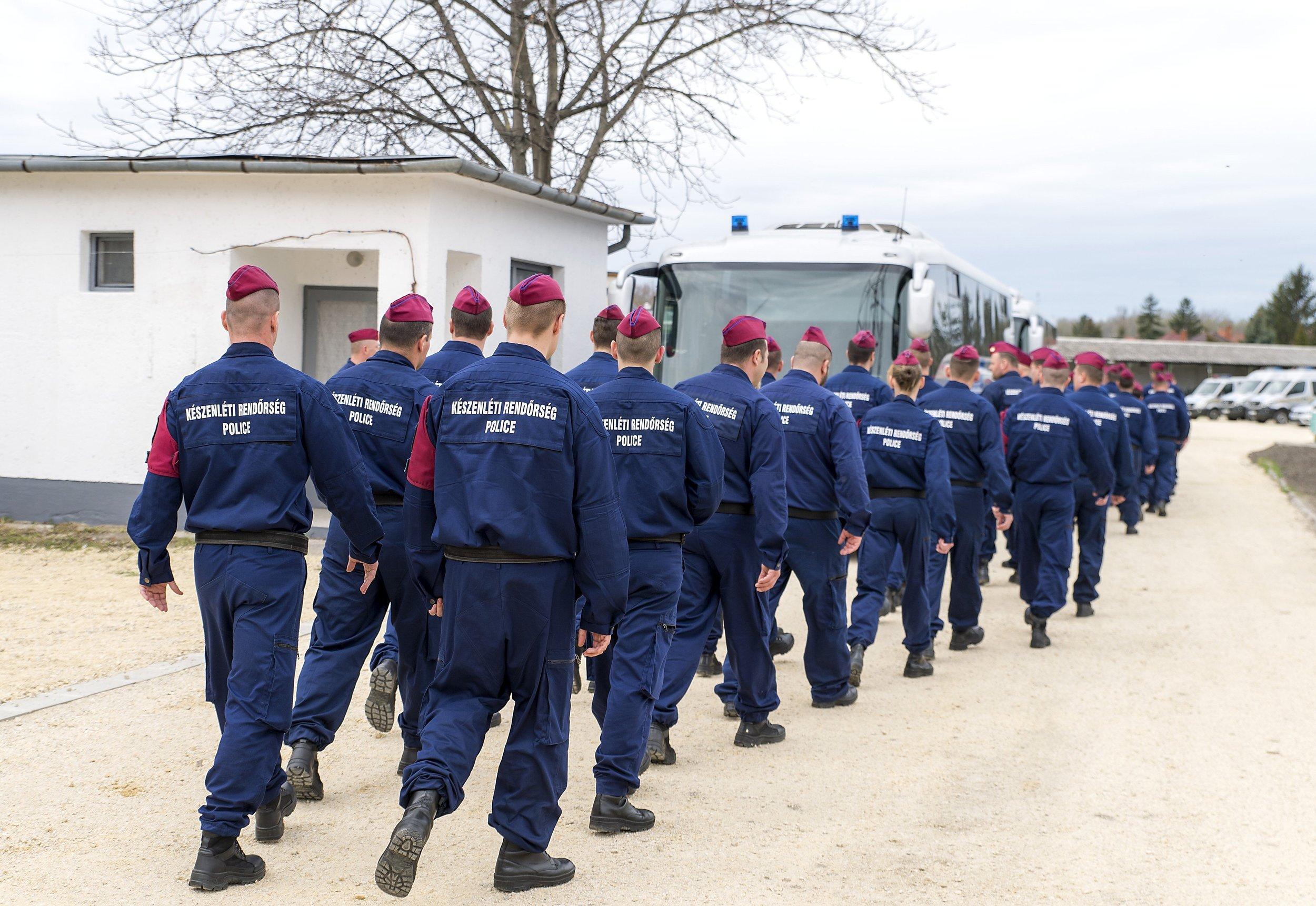 Készenléti rendőrség. Aki nem lép egyszerre…
