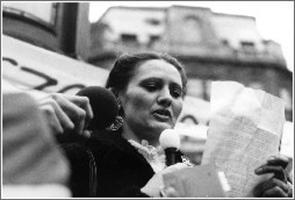 AZ őrizetbe vett Demszky Gábor helyett  Hodosán Róza beszél 1988. március 15-én  a Batthanyi mécsesnél