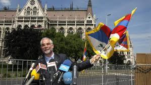2008-ban még Balog Zoltán is lengette  a tibeti zászlót