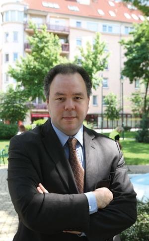 Richard Field, az Amerika Ház alapítvány elnöke  kimenekítette a roma nőket és gyerekeket  Gyöngyöspatáról