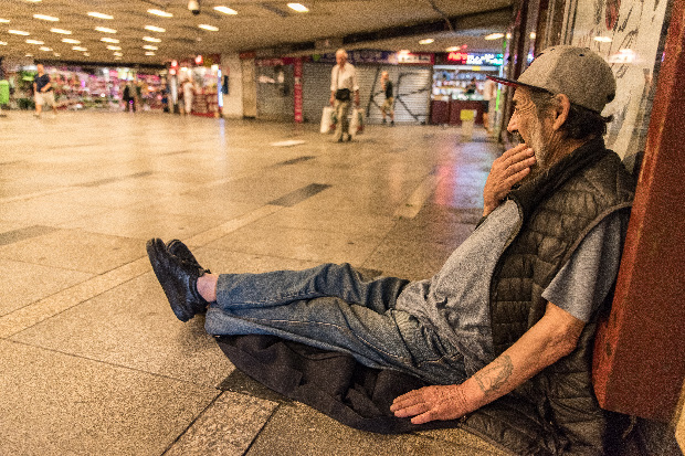 A Fidesz az Alaptörvény újabb módosításával ünnepelte választási győzelmét. A 69 éves marosvásárhelyi kőműves hajléktalan Budapesten. Magatartása az Alaptörvényt sérti (A Ripost felvétele)