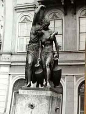 A Danaidák. Sidló Ferenc kútcsoportja (1933)  Budapest Belvárosában, a Szomory Dezső téren