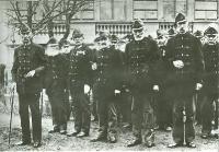Veterán honvédek a Honvédmenház előtt