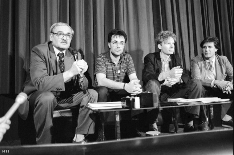 Végvári József, Lovas Zoltán újságíró,  Fodor Gábor (Fidesz) és Magyar Bálint (SZDSZ)  1990-ben sajtótájékoztatót tart a Dunagate ügyről