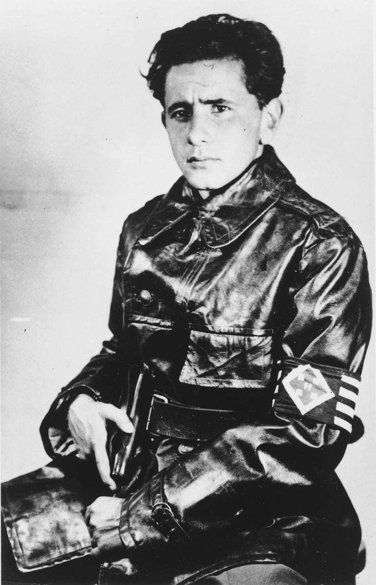 David Gur (Grossmann Endre) a cionista  ellenállási mozgalom egyik vezetője 1944-ben,  a nyilas pártszolgálatosok egyenruhájában