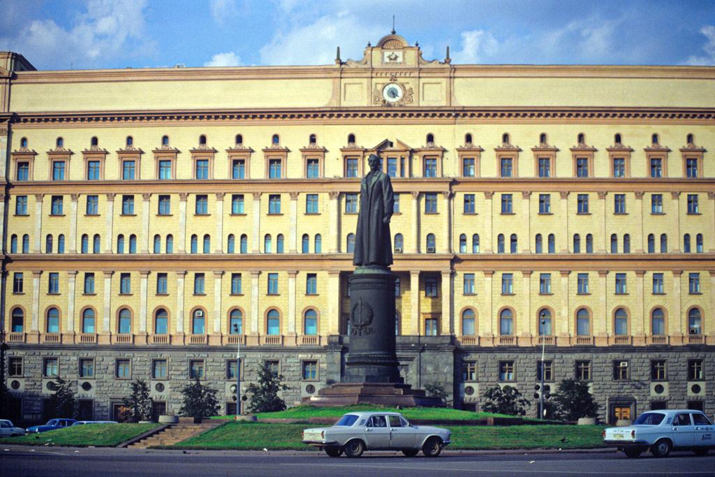 Lubjanka, a KGB székháza,  előtte Dzserdzsinszkij szobra