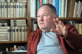 Alexa Károly, 1986-ig az MSZMP tagja, 1983-ig  a Mozgó Világ főszerkesztő-helyettese. Az interneten közölt publikációs listája 1992-ben kezdődik