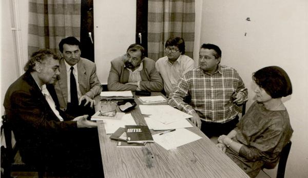 A Hitel szerkesztőségében. Balról: Csoóri Sándor, Görömbei András,  Lázár Ervin, Nagy Gáspár, Tőkéczki László, Rátkay Ildikó