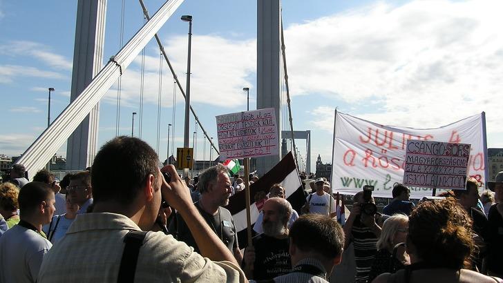 A Lelkiismeret 88 tüntetése az Erzsébet hídon,  2003. július 4-én. Nem tiltották be…