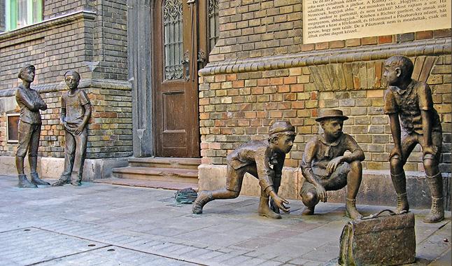 Jönnek a Pásztorok. Szanyi Péter szoborcsoportja a Práter utcában