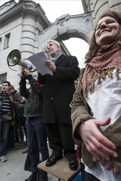 Tüntetés a Fidesz székháza elótt. Egy széken állok