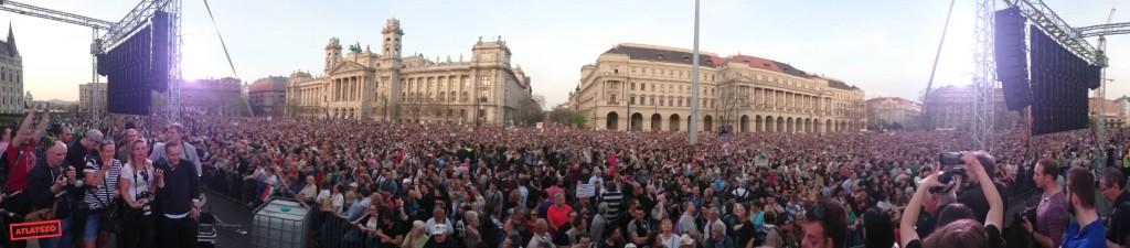 Több mint százezren tüntettek a Kossuth téren a Fidesz választási győzelme ellen