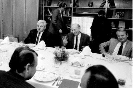 Vacsora a Belügyminisztériumban 1989. január 29-én Harangozó Szilveszter,  a III. Főcsoportfőnökség vezetője 60. születésnapja alkalmából, Középen  az ünnepelt, jobbján Ladvánszky Károly, az Országos Rendőr-Főkapitányság vezetője, balján Gál Zoltán belügyminiszter-helyettes. Háttal ül Horváth István belügyminiszter és Földesi Jenő államtitkár