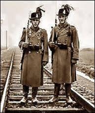 Csendőrök feltűzött szuronnyal