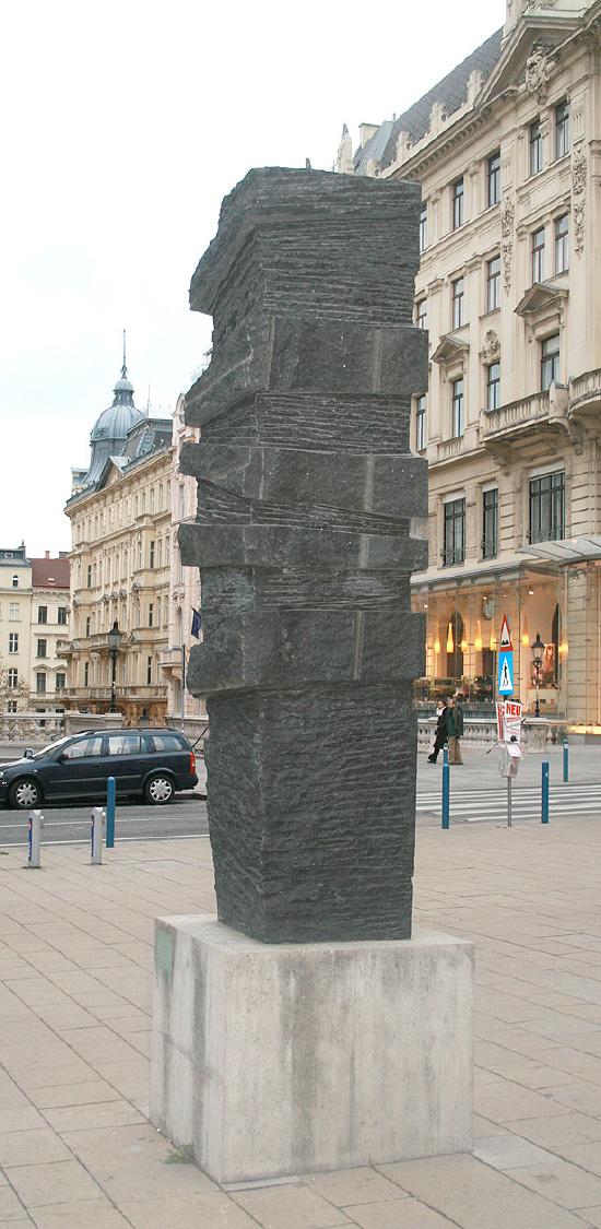 Három méter magas, öt tonna súlyú gránit szobor  Marcus Omofuma emlékére, Bécsben Ulrike Truger alkotása