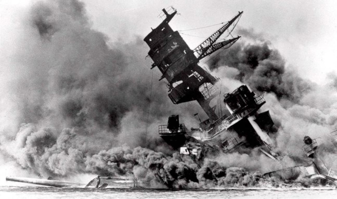 Támadás Pearl Harbor ellen, 1941. december 7. Süllyed a USS Arizona, a fedélzetén ezer tengerésszel