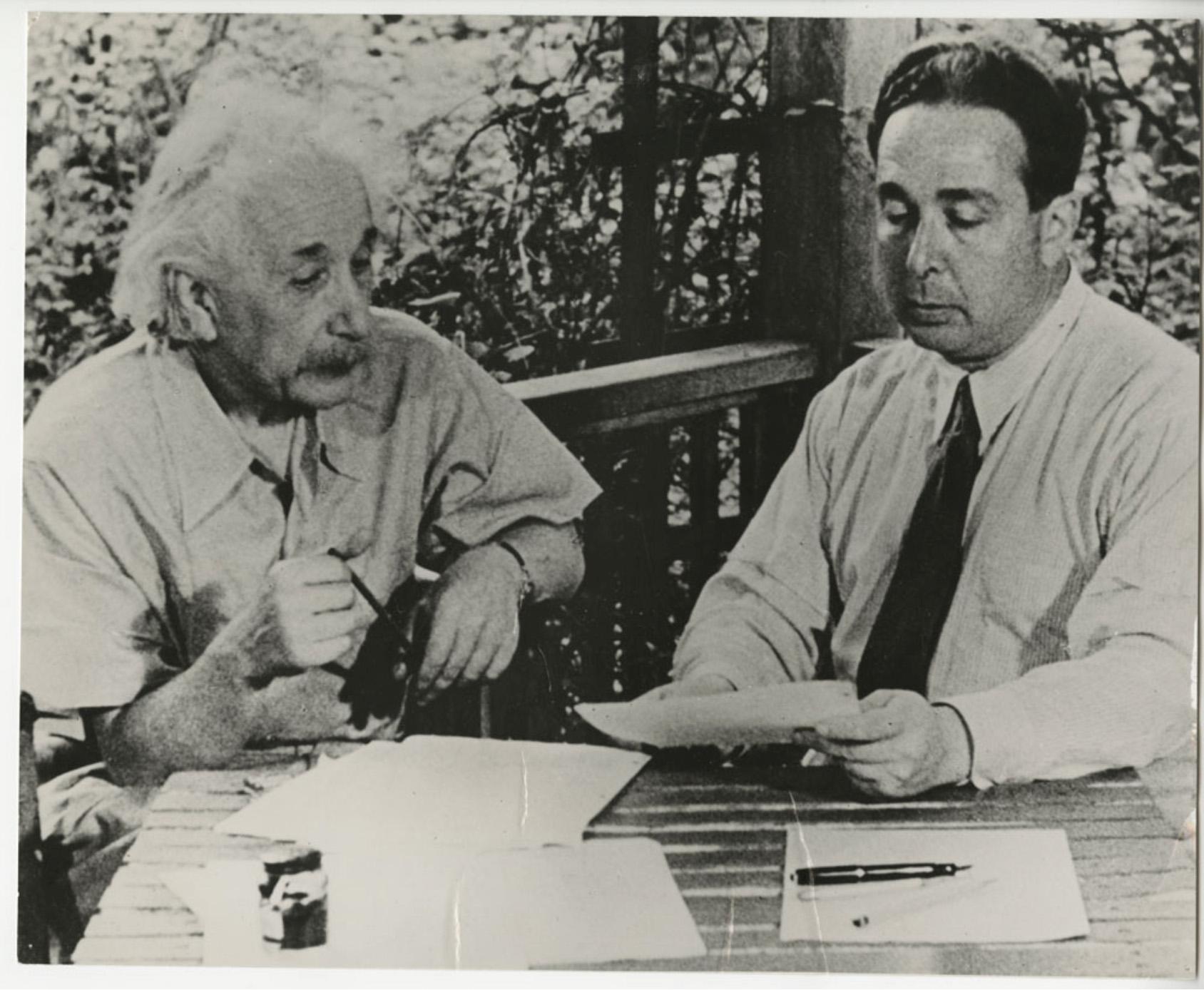 Albert Eistein és Szilárd Leó levelet ír az amerikai elnöknek. Két bevándorló,  akiknek az Egyesült Államok sokat köszönhet