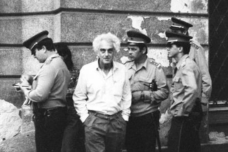Krassó György rendőrök között, a Nádor utca történelmi nevének helyreállítása után  (Philipp Tibor felvétele)