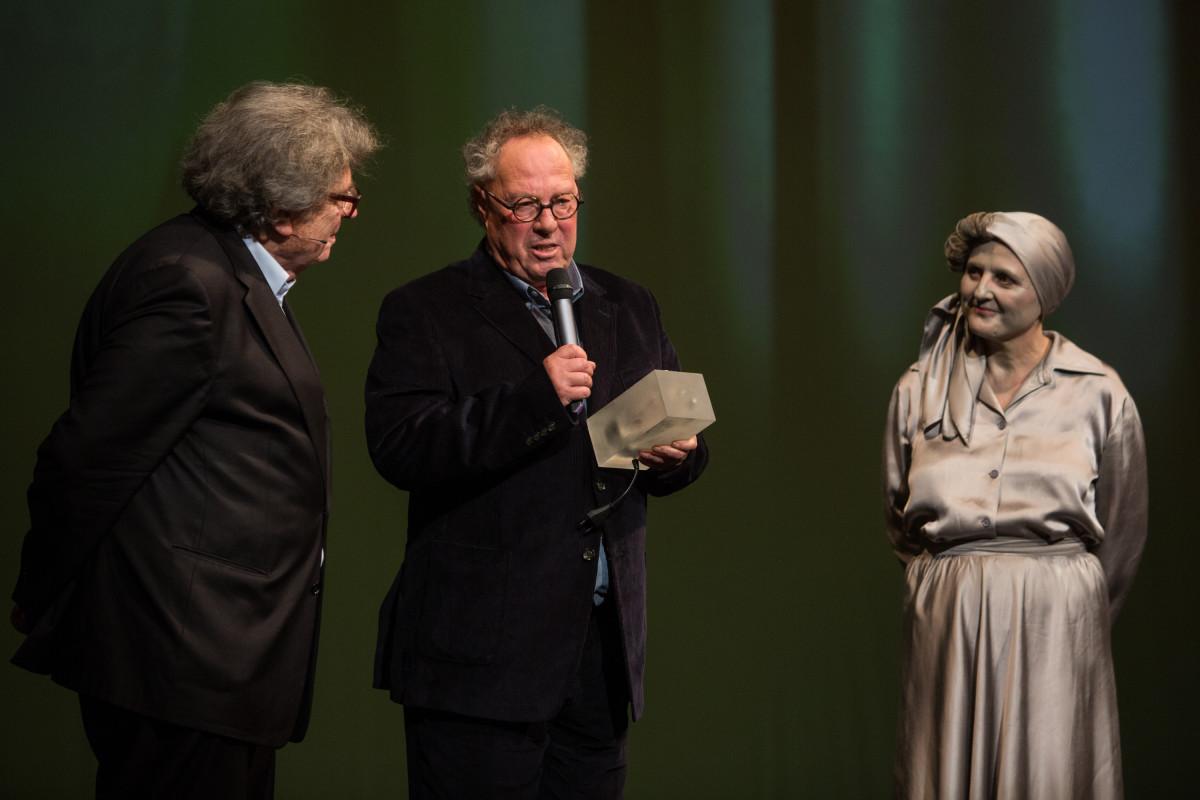 Kenedi János a prágai Nemzeti Színházban átveszi a Nemzetek emlékezete díjat. Az ünnepséget közvetítette a cseh, a szlovák, a lengyel és a német közszolgálati tévé, a magyar nem